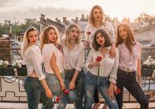 Beaux amis de femmes ayant l'amusement à la partie de célibataire Photo libre de droits