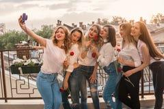 Beaux amis de femmes ayant l'amusement à la partie de célibataire Photographie stock libre de droits