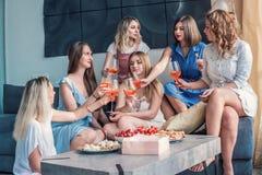 Beaux amis de femmes ayant l'amusement à la partie de célibataire Photos stock