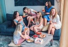 Beaux amis de femmes ayant l'amusement à la partie de célibataire Images stock