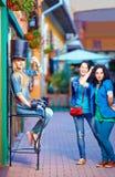 Beaux amis féminins ayant l'amusement dans la ville de touristes Images libres de droits