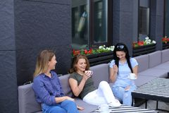 Beaux amis féminins riant du café et du bavardage, café potable Photographie stock