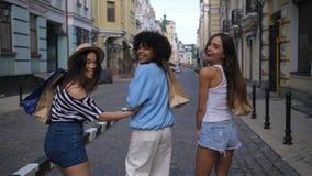 Beaux amis heureux au sujet du sourire d'achats clips vidéos