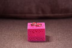 Beaux anneaux de mariage dans une boîte pour des décorations Images stock