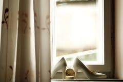 Beaux anneaux de mariage et talons de luxe de jeune mariée Photographie stock libre de droits