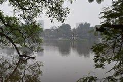 Beaux arbres au grand lac célèbre Hoan Kiem à Hanoï, Vietnam, Asie Images stock