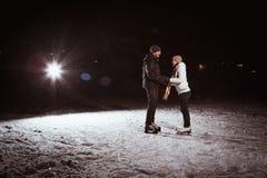 Beaux, attrayants couples sur la patinoire Image stock