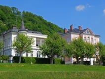 Beaux bâtiments le long de rivière de Salzach sous Sunny Blue Sky, Salzbourg Photos libres de droits