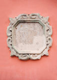 Beaux bâtis décoratifs blancs fleuris de plâtre sur le mur rouge Image libre de droits