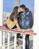 Beaux baisers de couples extérieurs Images stock