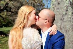 Beaux baisers de jeunes mariés Photos stock