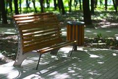 Beaux banc en bois et seau en parc photographie stock