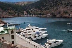 Beaux bateaux blancs dans la baie de Balaclava Photos libres de droits