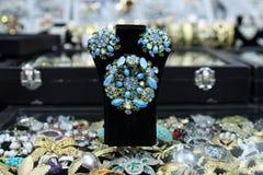 Beaux bijoux des pierres et des fausses pierres des nuances bleues Image stock