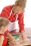 Beaux biscuits de traitement au four de femme et d'enfant Images stock