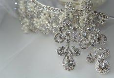 Boucles d'oreille et diadème pour la jeune mariée Photos libres de droits