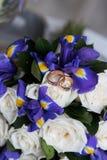 Beaux bouquet et anneaux de mariage Image stock