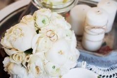 Beaux bouquet et anneaux de mariage Photographie stock