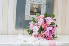 Beaux bouquet et anneaux de mariage Photo stock