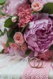 Beaux bouquet et anneaux de mariage Photographie stock libre de droits
