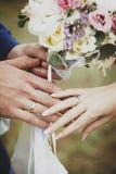 Beaux bouquet et mains de mariage avec des anneaux de mariage Images libres de droits
