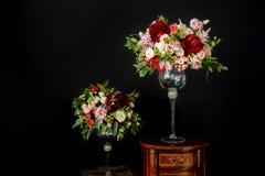 Beaux bouquets de mariage de la jeune mariée et de l'amie de la jeune mariée sur un fond foncé Photo stock