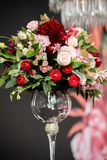 Beaux bouquets de mariage de la jeune mariée et de l'amie de la jeune mariée sur un fond foncé Images libres de droits