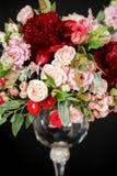 Beaux bouquets de mariage de la jeune mariée et de l'amie de la jeune mariée sur un fond foncé Image stock