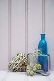 Beaux bouteille et vase avec de coeur toujours le concept d'amour de la vie Image stock