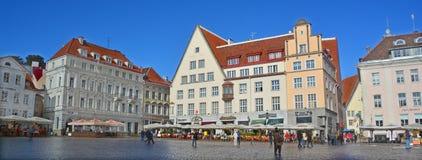 Beaux bâtiments colorés de ville Hall Square Photos stock