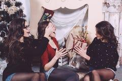 Beaux cadeaux d'échange de fille pendant la nouvelle année Image stock