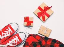 Beaux cadeaux de différentes tailles et couleurs Photographie stock libre de droits