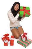 Beaux cadeaux de Noël asiatiques d'ouverture de femme Photo stock