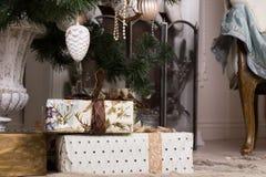 Beaux cadeaux de Noël au-dessous d'arbre de Noël Image stock