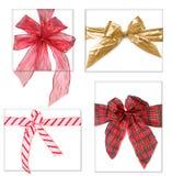 Beaux cadeaux de Noël avec des proues Photographie stock