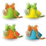 Beaux cadeaux triangulaires colorés pour les vacances images stock