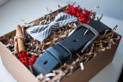 Beaux cadeaux, une ceinture et un noeud papillon photographie stock libre de droits
