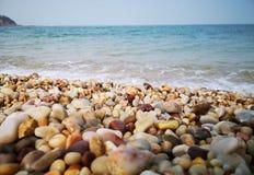 Beaux cailloux par la mer images libres de droits