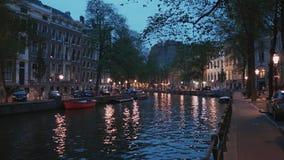 Beaux canaux dans la ville d'Amsterdam - vue de soirée banque de vidéos