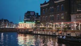 Beaux canaux dans la ville d'Amsterdam - vue de soirée - AMSTERDAM - PAYS-BAS - 19 juillet 2017 clips vidéos