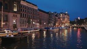 Beaux canaux dans la ville d'Amsterdam - vue de soirée - AMSTERDAM - PAYS-BAS - 19 juillet 2017 banque de vidéos