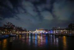 Beaux canaux de ville de nuit d'Amsterdam image libre de droits