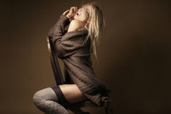 Beaux cardigan et bas de port blonds sur la chaise photographie stock
