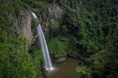 Beaux cascade et lac dans la forêt photographie stock