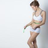 Beaux centimètre de ceinture de maintien d'izmeryaeet de forme physique de sport de femme, régime, sports, forme physique et conc images libres de droits