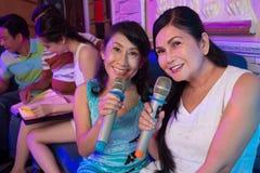 Beaux chanteurs de karaoke Photo libre de droits