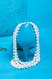 Beaux chaussures et sac à main bleus, perles Photographie stock libre de droits