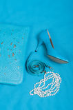 Beaux chaussures et sac à main bleus, perles Photos stock