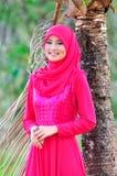 Beaux chemisier et hijab d'usage de dame de muslimah Photographie stock libre de droits