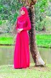 Beaux chemisier et hijab d'usage de dame de muslimah Image libre de droits